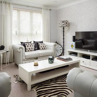 Esempio di un piccolo soggiorno moderno chiuso con pareti bianche, moquette e TV autoportante