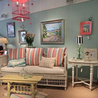 Mittelgroßes, Fernseherloses, Offenes Shabby-Chic-Style Wohnzimmer ohne Kamin mit Teppichboden und blauer Wandfarbe in Sonstige