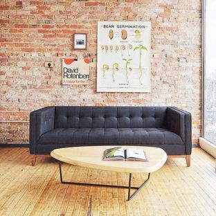 Modelo de salón para visitas cerrado, minimalista, de tamaño medio, sin chimenea, con paredes rojas, suelo de madera clara y suelo marrón