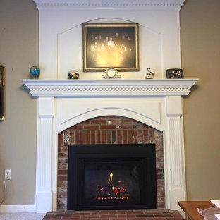 オレンジカウンティの中サイズのトラディショナルスタイルのおしゃれなリビング (フォーマル、ベージュの壁、カーペット敷き、標準型暖炉、レンガの暖炉まわり、白い床) の写真