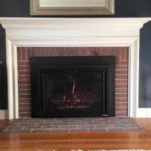 オレンジカウンティの中サイズのトラディショナルスタイルのおしゃれなリビング (フォーマル、青い壁、カーペット敷き、標準型暖炉、レンガの暖炉まわり、白い床) の写真