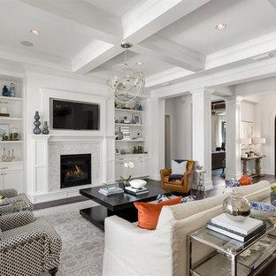 オーランドの広いトランジショナルスタイルのおしゃれな独立型リビング (白い壁、濃色無垢フローリング、標準型暖炉、石材の暖炉まわり、埋込式メディアウォール) の写真