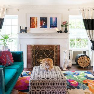Ispirazione per un soggiorno boho chic di medie dimensioni e aperto con pareti bianche, pavimento in vinile, camino classico, cornice del camino in mattoni, TV a parete e pavimento marrone