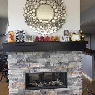Inredning av ett klassiskt mellanstort separat vardagsrum, med ett finrum, grå väggar, ljust trägolv, en dubbelsidig öppen spis, en spiselkrans i sten och brunt golv