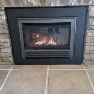 ソルトレイクシティの中サイズのトラディショナルスタイルのおしゃれな独立型リビング (フォーマル、グレーの壁、カーペット敷き、標準型暖炉、石材の暖炉まわり、テレビなし、ベージュの床) の写真