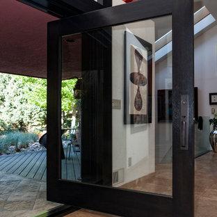 Foto di un ampio soggiorno moderno aperto con sala formale, pareti bianche, pavimento in travertino, nessun camino e nessuna TV