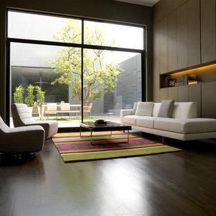 Idee per un soggiorno minimalista di medie dimensioni e aperto con sala formale, pareti marroni, parquet scuro, nessun camino e nessuna TV