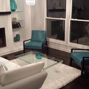 シャーロットの中サイズのコンテンポラリースタイルのおしゃれな独立型リビング (塗装フローリング、標準型暖炉、グレーの壁、レンガの暖炉まわり、茶色い床) の写真