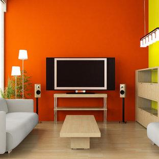 Idee per un soggiorno minimal di medie dimensioni e aperto con pareti arancioni, TV autoportante, pavimento beige, parquet chiaro e nessun camino