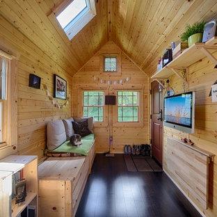 Foto de salón rural, pequeño, con televisor colgado en la pared