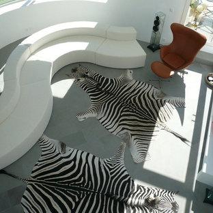 Diseño de salón para visitas minimalista, grande, sin chimenea, con paredes blancas, suelo de baldosas de porcelana y televisor colgado en la pared