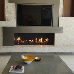 サンディエゴの中サイズのモダンスタイルのおしゃれな独立型リビング (フォーマル、ベージュの壁、タイルの暖炉まわり、壁掛け型テレビ、磁器タイルの床、標準型暖炉、白い床) の写真