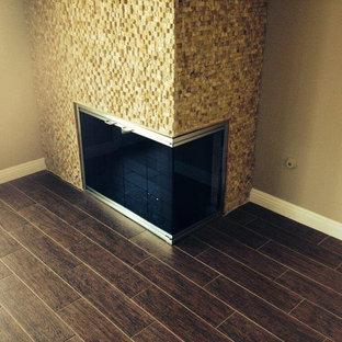 サンディエゴの中サイズのトランジショナルスタイルのおしゃれな独立型リビング (フォーマル、ベージュの壁、濃色無垢フローリング、コーナー設置型暖炉、タイルの暖炉まわり、テレビなし、茶色い床) の写真