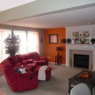 Diseño de salón para visitas abierto, minimalista, de tamaño medio, con parades naranjas, moqueta, chimenea tradicional, marco de chimenea de piedra y televisor independiente