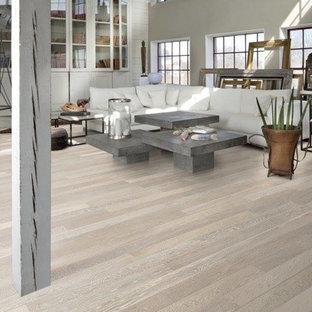 Diseño de salón para visitas abierto, contemporáneo, grande, sin chimenea y televisor, con paredes marrones, suelo de madera clara y suelo gris