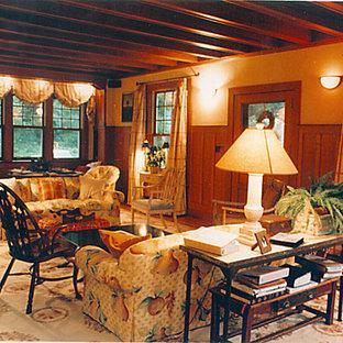 Modelo de salón abierto, actual, de tamaño medio, con paredes beige, suelo de madera clara, chimenea tradicional, marco de chimenea de metal y suelo negro