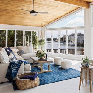 Ispirazione per un grande soggiorno costiero aperto con pareti bianche, pavimento in vinile, nessun camino, nessuna TV e pavimento beige