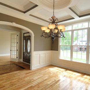 タンパの中サイズのトラディショナルスタイルのおしゃれなLDK (茶色い壁、淡色無垢フローリング、暖炉なし、フォーマル、テレビなし、ベージュの床) の写真