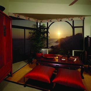 サンディエゴの大きいアジアンスタイルのおしゃれなLDK (カーペット敷き、フォーマル、黄色い壁、標準型暖炉、金属の暖炉まわり、テレビなし、ベージュの床) の写真