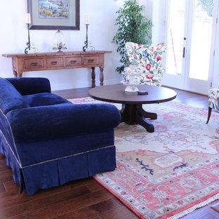 Inspiration för mellanstora klassiska separata vardagsrum, med ett finrum, vita väggar och mörkt trägolv