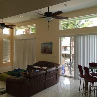マイアミの中サイズのトラディショナルスタイルのおしゃれなLDK (ベージュの壁、暖炉なし、据え置き型テレビ、白い床) の写真