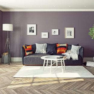 Ejemplo de salón pequeño con paredes púrpuras y suelo multicolor