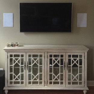 Immagine di un soggiorno chic di medie dimensioni con pareti beige, parquet scuro, TV a parete, pavimento marrone, sala formale e nessun camino