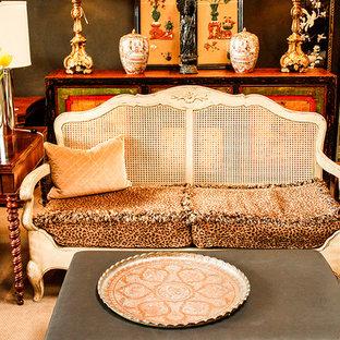 Idee per un piccolo soggiorno bohémian stile loft con pareti nere e moquette