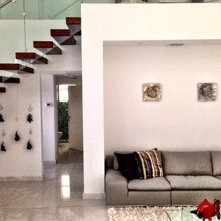 Immagine di un ampio soggiorno classico aperto con pareti bianche, pavimento in linoleum e nessun camino