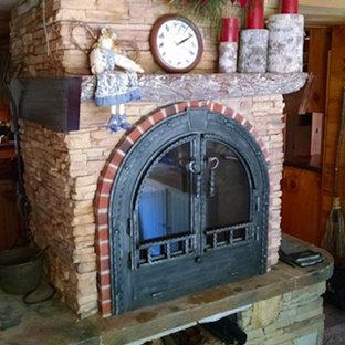 Imagen de salón cerrado, tradicional, de tamaño medio, con suelo de contrachapado, estufa de leña y marco de chimenea de piedra