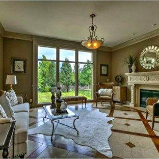 Foto di un soggiorno classico di medie dimensioni con sala formale, pareti beige, pavimento in marmo, camino classico, cornice del camino in intonaco e nessuna TV