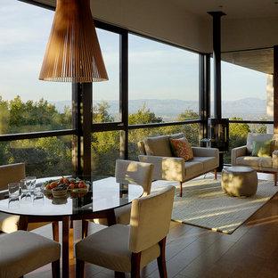 Foto de salón abierto, minimalista, pequeño, con suelo de corcho