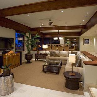 ハワイのトロピカルスタイルのおしゃれなリビング (ベージュの壁、据え置き型テレビ) の写真