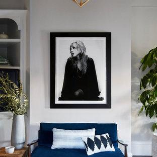 Ispirazione per un soggiorno chic con pareti grigie e parquet scuro