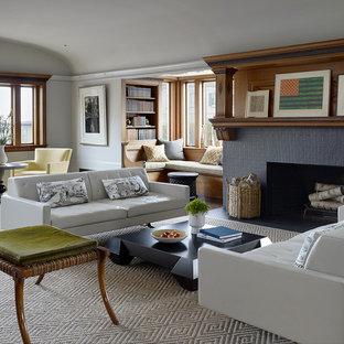 Esempio di un soggiorno classico chiuso con sala formale, camino classico, cornice del camino in mattoni, pareti grigie, moquette e nessuna TV