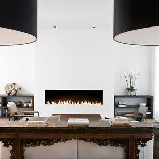 Modernes Wohnzimmer mit weißer Wandfarbe und Gaskamin in San Francisco