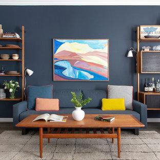 Diseño de salón con barra de bar cerrado, vintage, de tamaño medio, sin chimenea y televisor, con paredes negras, suelo de madera oscura y suelo marrón