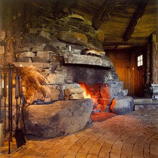 Exempel på ett rustikt allrum med öppen planlösning, med mellanmörkt trägolv, en standard öppen spis och en spiselkrans i sten