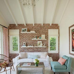 Exempel på ett klassiskt vardagsrum, med vita väggar, heltäckningsmatta och beiget golv
