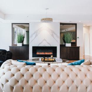 Großes, Repräsentatives, Fernseherloses, Offenes Modernes Wohnzimmer mit weißer Wandfarbe, Sperrholzboden, Kamin, Kaminumrandung aus Stein und braunem Boden