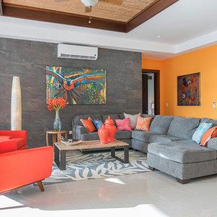 Ejemplo de salón contemporáneo con parades naranjas