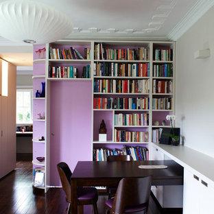 Foto di un soggiorno contemporaneo con libreria e pareti viola