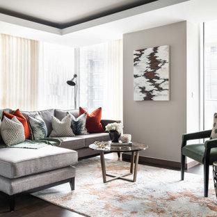 Foto di un soggiorno minimal aperto con pareti grigie, parquet scuro, pavimento marrone e soffitto ribassato