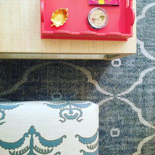 オクラホマシティの中くらいのトランジショナルスタイルのおしゃれな独立型リビング (カーペット敷き、青い床) の写真