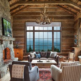 Inspiration pour un salon chalet avec un mur marron, un sol en bois clair, une cheminée standard, un manteau de cheminée en pierre et un sol beige.