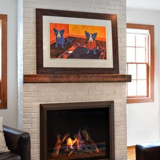 Imagen de salón ecléctico con chimenea tradicional y marco de chimenea de ladrillo