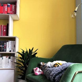 Esempio di un soggiorno moderno di medie dimensioni e aperto con libreria, pareti multicolore, parquet chiaro e pavimento marrone