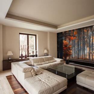Modelo de salón abierto, tradicional, grande, con paredes beige y televisor independiente