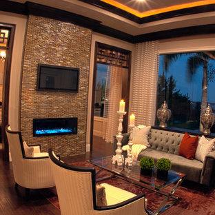 Idee per un soggiorno mediterraneo aperto con sala formale, pareti beige, pavimento in legno massello medio, camino sospeso, cornice del camino piastrellata e TV a parete