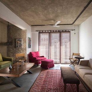 デリーの地中海スタイルのおしゃれなリビング (白い壁、コンクリートの床、グレーの床) の写真
